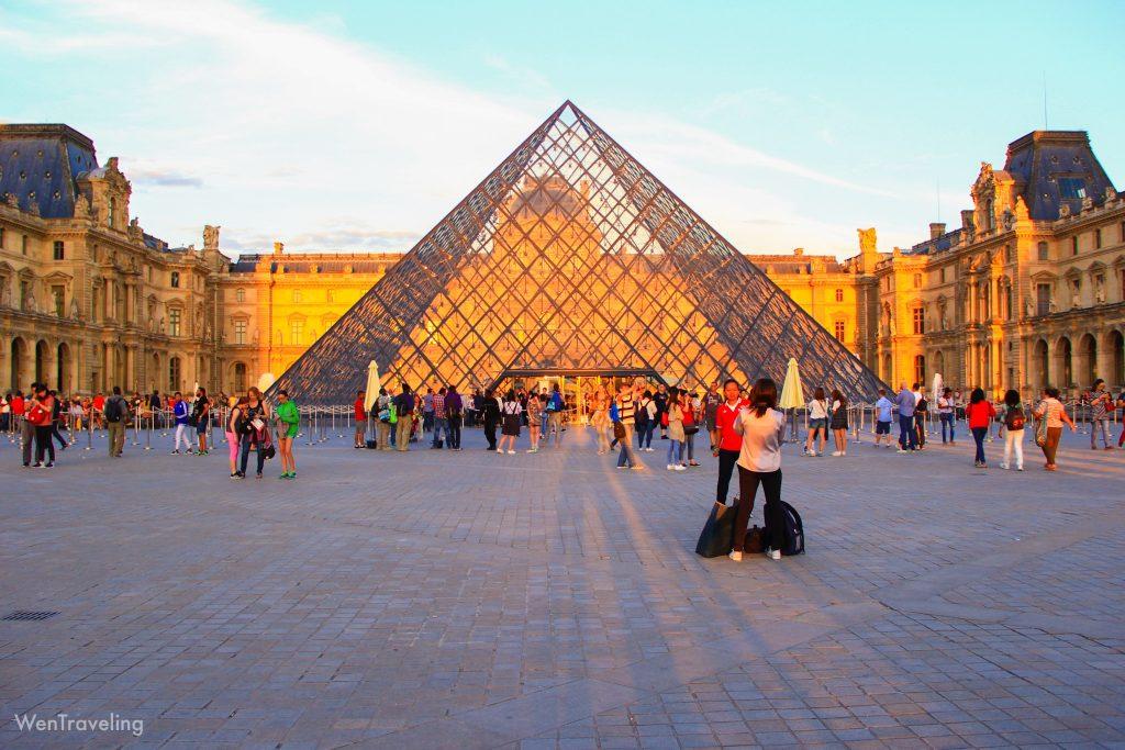 Musée du Louvre evening view